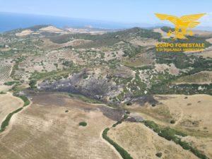 I mezzi aerei del Corpo forestale sono intervenuti per lo spegnimento di due incendi a Sindia e Samugheo.