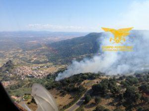 Un elicottero del Corpo forestale proveniente dalla base di Anela sta intervenendo su un incendio nelle campagne di Burgos.