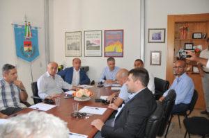 L'assessore regionale dei Lavori pubblici Roberto Frongia ha incontrato a Berchidda i sindaci (o delegati) dei Comuni su cui insistono i lotti incriminati della Sassari-Olbia.