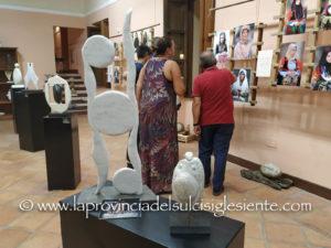Donna di Sardegna. La figura femminile attraverso le fotografie di Enrico Cambedda e le sculture di Nando Leone.
