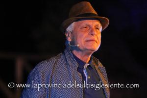 """Grande successo, ieri sera, a Carbonia, nell'incantevole scenario dell'anfiteatro di Monte Sirai, per lo spettacolo di Michele Placido,""""Serata d'onore: un viaggio tra musica e poesia""""."""
