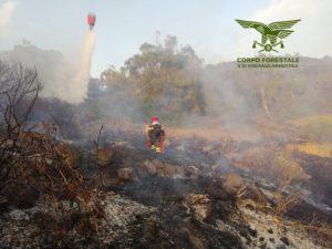 Un elicottero del Corpo forestale proveniente dalla base di Anela sta intervenendo su un incendio sviluppatosi nelle campagne di Osilo, in località Funtanedda.