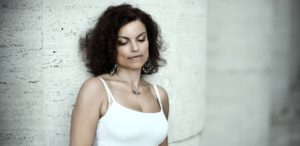 Roberta Gambarini, stella del canto jazz americano, inaugura giovedì 1 agosto (alle ore 21.30) la decima edizione dell'International Nora Jazz Festival.