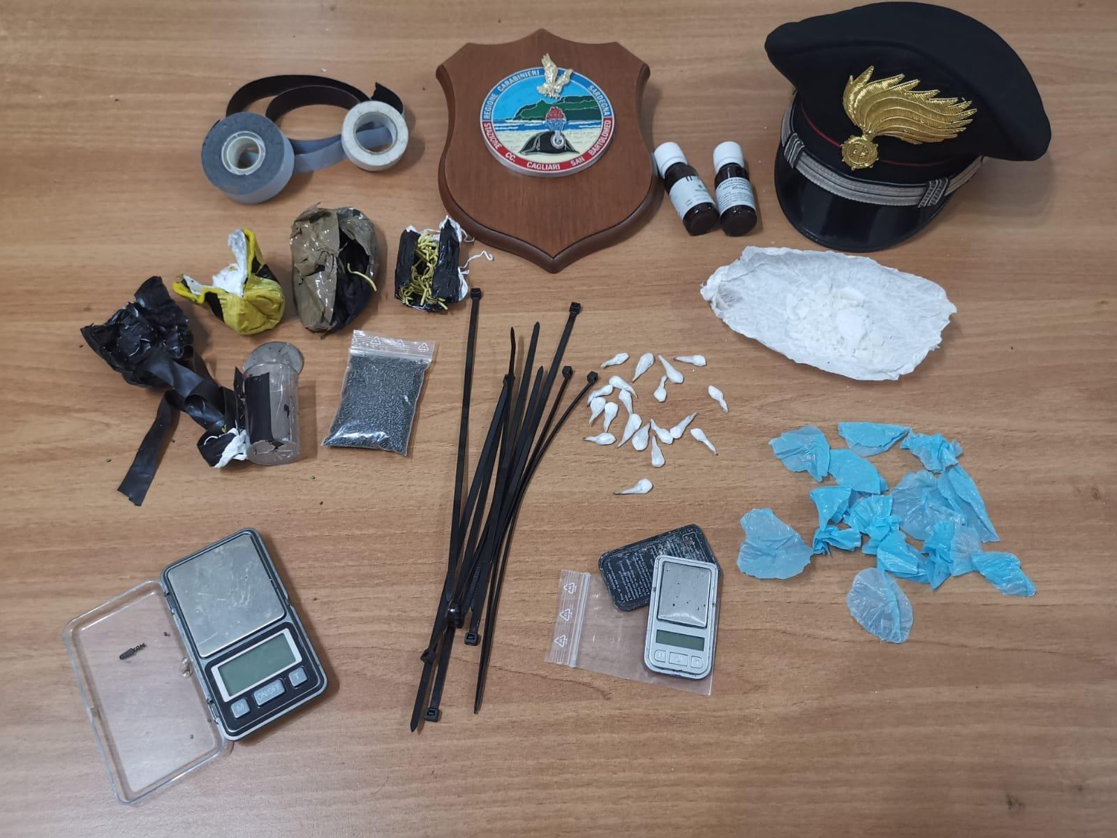 I carabinieri della stazione di San Bartolomeo, a Cagliari, hanno arrestato due spacciatori che detenevano una bomba.