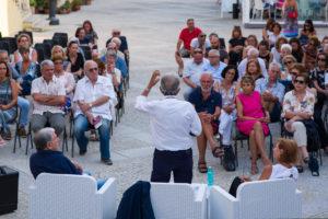 """Grande successo di pubblico, a Santa Teresa di Gallura, per la presentazione del libro di Franco Mannoni """"Il campo degli asfodeli""""."""