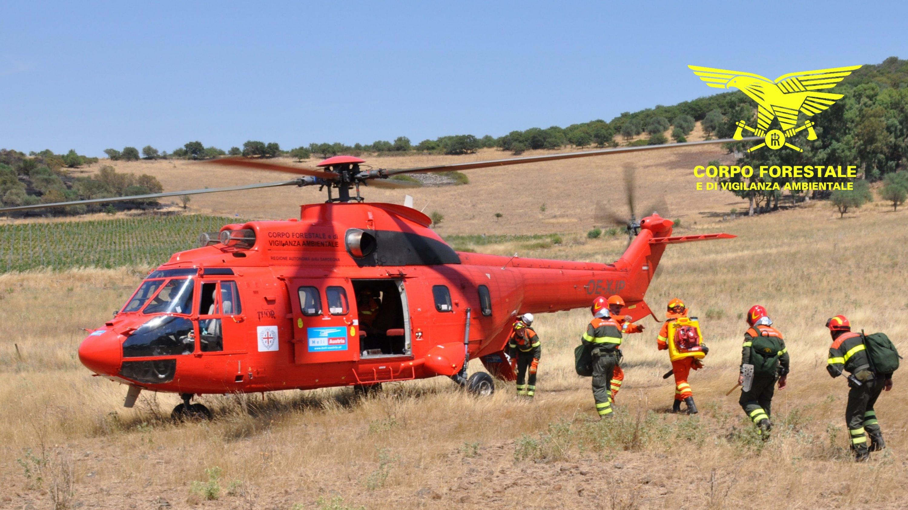 3 elicotteri leggeri ed il Super Puma del Corpo forestale stanno intervenendo su un grosso incendio nelle campagne di Buddusò.