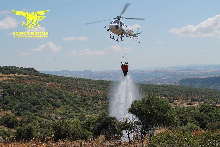 Il Corpo forestale ha disposto l'invio di un elicottero sulle nuove fiamme dell'incendio nelle campagne di Nuoro.