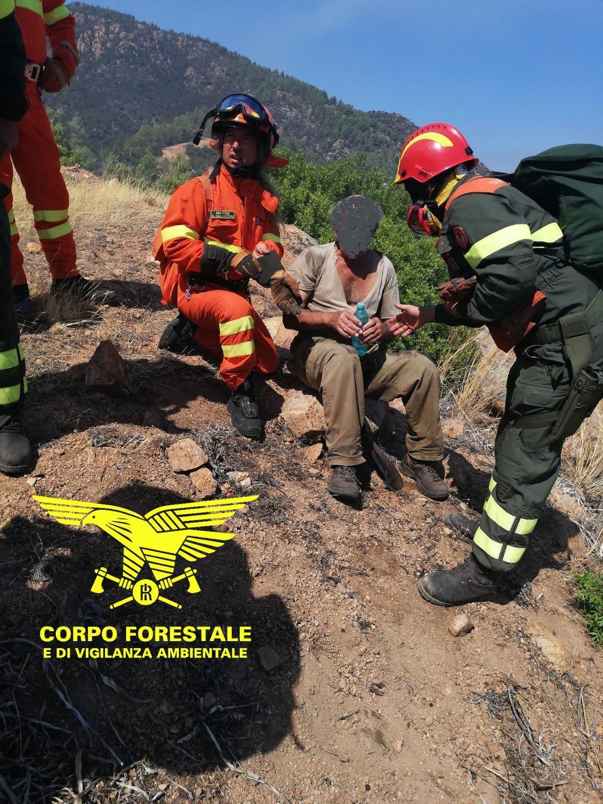 Corpo forestale e personale Forestas hanno prestato soccorso ad un anziano in difficoltà a causa di un malore durante l'incendio in corso sul litorale di Pula.