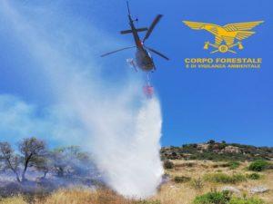Un elicottero del Corpo forestale proveniente dalla base di Villasalto sta intervenendo su un incendio sviluppatosi nelle campagne di Villanovafranca, in località Br.cu Friarosu.