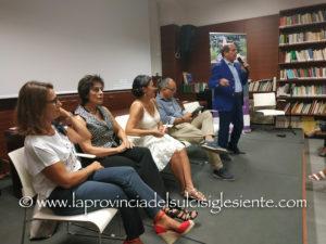 La sala nel Circolo Soci Euralcoop, a Carbonia, si è riempita sabato sera per la presentazionedel libro di Elisabetta Lebiu.