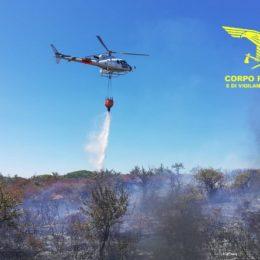 Incendio nelle campagne di Iglesias, un elicottero de Corpo forestale è impegnato nelle operazioni di spegnimento