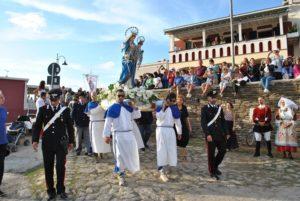 Grande successo, a Stintino, per la festa della Beata Vergine della Difesa, con la processione a mare, lo spettacolo pirotecnico ed il concerto di Bianca Atzei.