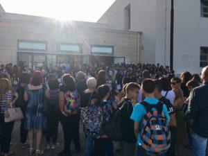 """Dopo 3 anni, a Carbonia, oggi è stata riaperta la sede storica della scuola secondaria di primo grado """"Sebastiano Satta"""" di via della Vittoria."""