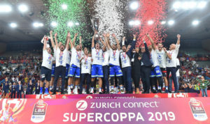 Il presidente della Fip Sardegna, Bruno Perra, si complimenta con la Dinamo Banco di Sardegna per la conquista della Zurich Connect Supercoppa 2019.