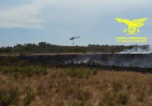 Un elicottero del Corpo forestale proveniente dalla base di San Cosimo sta intervenendo su un incendio nelle campagne di Villagrande Strisaili.