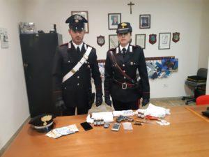 I carabinieri di Gonnosfanadiga hanno arrestato un 48enne di Guspini, per i reati di detenzione di sostanze stupefacenti ai fini di spaccio e detenzione di arma modificata.