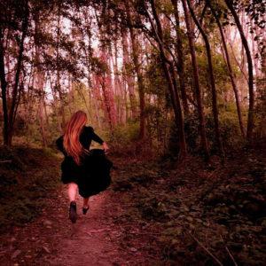 """Al festival Logos/Cortoindanza 2019, sabato 26 ottobre va in scena, alle 20.30, al Teatro Si 'è Boi di Selargius, la creazione """"Simposio del Silenzio"""" di e con Lucrezia Maimone."""