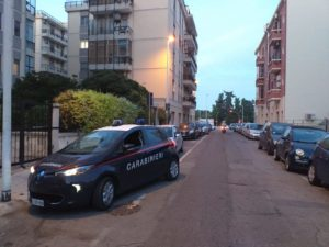 I carabinieri sono alla caccia dell'uomo che questo pomeriggio ha scippato una donna ed ha tentato di scipparne una seconda, a Cagliari.