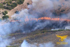 Un elicottero del Corpo forestale della base di Fenosu oggi è intervenuto per spegnere un incendio nelle campagne di Albagiara, in località Bia Lepori.