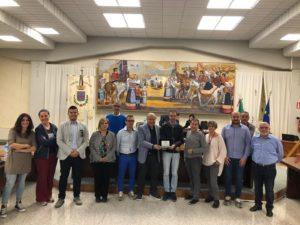 """Targa di ringraziamento del club """"Auto e moto d'epoca di Sassari"""" al Consiglio comunale di Sennori, per il Circuito di Platamona."""