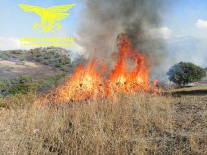 Un elicottero del Corpo forestale proveniente dalla base di Anela sta intervenendo su un incendio sviluppatosi nelle campagne di Burgos, in località Rio Truveinerva.