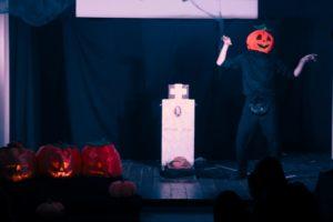 """Gli """"Artisti Fuori Posto"""" in scena con """"Stingy Jack – la vera storia di Halloween"""" al Teatro dei Bambini del Parco di Monteclaro, il 31 ottobre."""