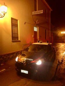 Un anziano pensionato di Piscinas è stato massacrato di botte con un piede di porco dai ladri che ieri sera aveva sorpreso a rubare nella sua abitazione.