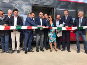Il presidente del Consiglio regionale Michele Pais, a Sassari, all'inaugurazione dei nuovi autobus dell'ARST.