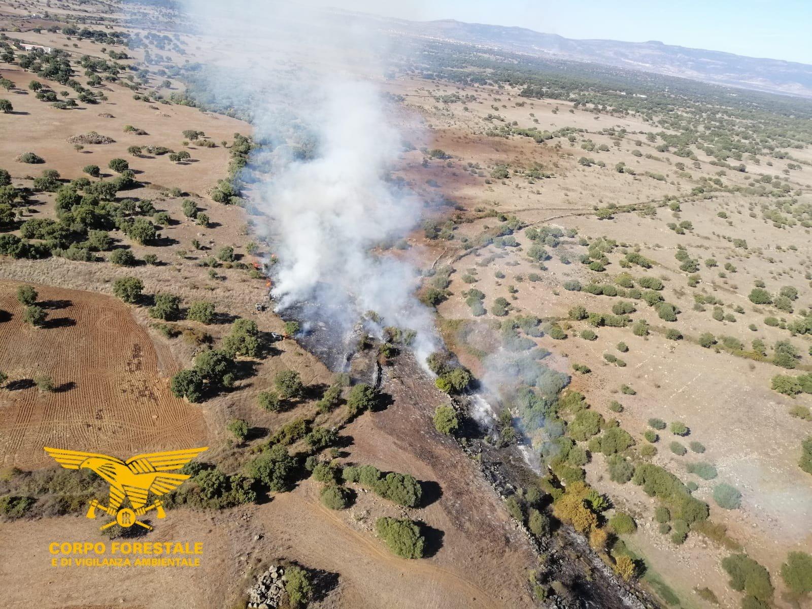 Un elicottero del Corpo forestale di stanza a Fenosu, sta intervenendo per spegnere un incendio nelle campagne di Norbello.