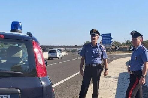 I carabinieri di Serrenti hanno arrestato un giovane che, in stato di alterazione, ha abbandonato l'auto sulla SS 131 e poi ha vagato nei campi circostanti.