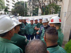 E' proseguita anche oggi, nonostante le avverse condizioni meteo, la mobilitazione dei lavoratori Eurallumina davanti all'assessorato regionale della Difesa dell'Ambiente.
