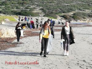 """Gli studenti del Liceo Scientifico """"Emilio Lussu"""" di Sant'Antioco hanno ripulito la spiaggia di Coaquaddus."""