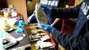 I carabinieri del Comando provinciale di Cagliari, hanno portato a termine un maxi sequestro di ketamina, con 2 arresti. Smantellato un laboratorio chimico artigianale.