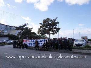 Si è svolta questa mattina, a Carbonia, davanti al Centro direzionale della ASSL, la manifestazione organizzata da un gruppo di cittadini per rivendicare un sistema sanitario efficiente nel Sulcis Iglesiente.