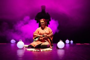 """Domenica 10 novembre, al Teatro """"Intrepidi Monelli"""" di via Sant'Avendrace 100, a Cagliari, va in scena lo spettacolo """"Bisogna stare karmi"""", della compagnia Origamundi."""