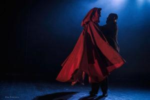 """Da mercoledì a venerdì, a Sinnai, Carbonia e San Gavino, per la rassegna """"Teatro ragazzi"""", va in scena «Cappuccetto Rosso, storia eterna per essere mortali»."""