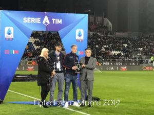 """Prima dell'inizio della partita Cagliari-Lazio, il portiere del Cagliari Alessio Cragno ha ricevuto il """"Premio Pulici"""", quale miglior portiere della serie A 2018/2019."""