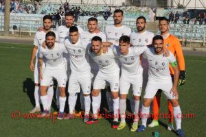 Dopo il Porto Rotondo anche la Kosmoto Monastir è riuscito a bloccare sul pari il Carbonia, raggiunto dal Castiadas in testa alla classifica del campionato di Eccellenza.