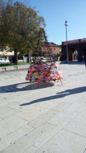 Domenica 15 dicembre, alle ore 9.00, verrà inaugurato l'albero di Natale nella piazza 1° Maggio, situata nel cuore del quartiere di Carbonia Nord.