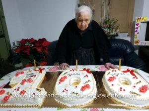 """La comunità di Villarios ha festeggiato ieri il suo terzo centenario. Isabella Fois ha raggiunto nel """"Club"""" il fratello Casimiro e Mariuccia Manigas."""