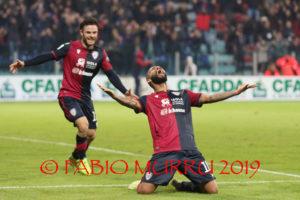 Stanco per la terza partita in 6 giorni, sotto di 2 goal a metà gara ma indomito, il Cagliari ha conquistato a Reggio Emilia il 13° risultato utile consecutivo.