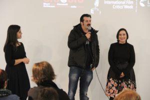 """Applausi per il regista sassarese Bonifacio Angius, ad Asuni, in occasione dell'anteprima del XIII """"Terre di confine filmfestival""""."""