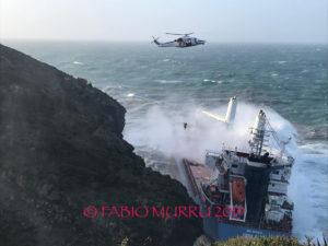 """Il Capo dell'Ufficio Circondariale Marittimo e Comandante del Porto di Sant'Antioco ha interdetto la zona interessata all'incagliamento della motonave """"Cdry Blue""""."""