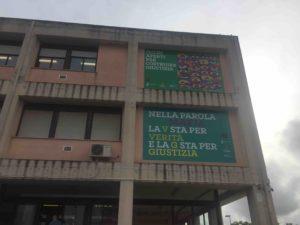 Nella facciata dell'Istituto Marconi di Cagliari due pannelli a favore della cultura della legalità.
