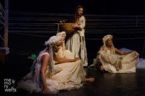 Dalla Sardegna alla Germania e all'Inghilterra per raccontare la tessitura. Dopo un'emozionante tour nell'isola, lo spettacolo Istós si apre al contesto internazionale.