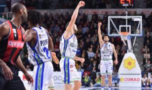 La Dinamo Banco di Sardegna supera anche la Pallacanestro Varese, 93 a 87, e conquista l'ottava vittoria consecutiva in campionato.