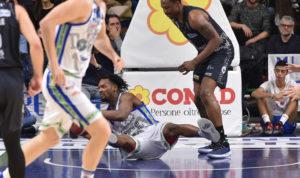 Trento passa al PalaSerradimigni, 90 a 87, la Dinamo ko dopo 9 vittorie consecutive