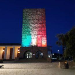 Le luci del tricolore illuminano la Torre Civica di Carbonia: «Tutti uniti ce la faremo»