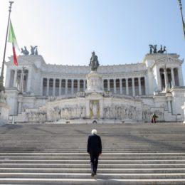 Il 25 aprile solitario del presidente della Repubblica all'Altare della Patria
