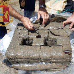 """A""""Guroneddu""""(Gonnesa), la Polizia di Stato ha trovato 35 kg di hashish portati dal mare"""